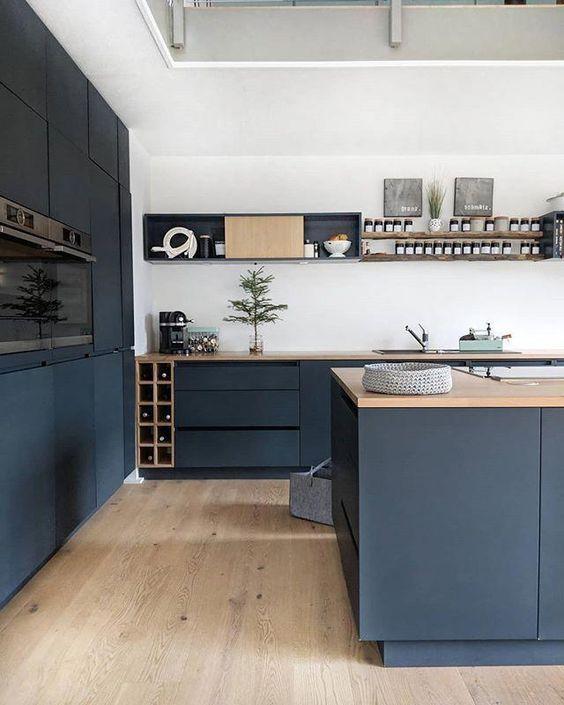 Cocina Moderna De Estilo Contemporaneo En Tonos Azules Y Madera Ejemplo De Como Introducir El Color Diseno Muebles De Cocina Diseno De Cocina Gabinetes Cocina