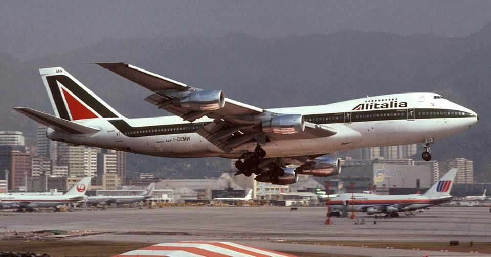 Alitalia boeing 747 200b at hong kong kai tak for Boeing 747 exterior