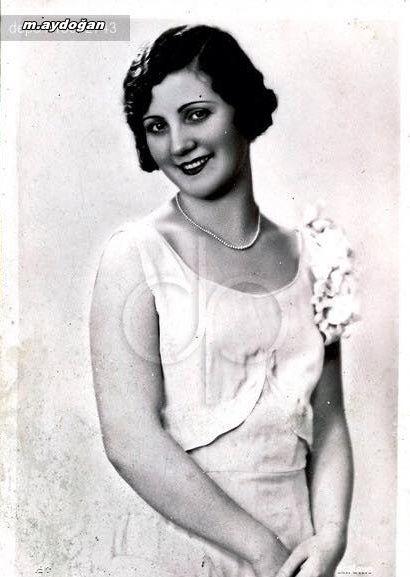 """1931 Türkiye Güzellik Kraliçesi Naşide Saffet Hanım, 84 yıl önce bugün """"Avrupa Güzel Göz Kraliçesi"""" seçilmişti. Türkiye'de Cumhuriyet Gazetesi tarafından 1929'da düzenlenmeye başlanan Güzellik Yarışmalarında ilk kez bir Türkiye güzeli Avrupa'da ünvan aldı. Naşide Saffet Hanım, bir sonraki yıl Türkiye güzellik tacını Keriman Halis'e devretti."""