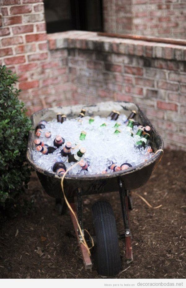 Idea original una carretilla con hielo para mantener cervezas frías