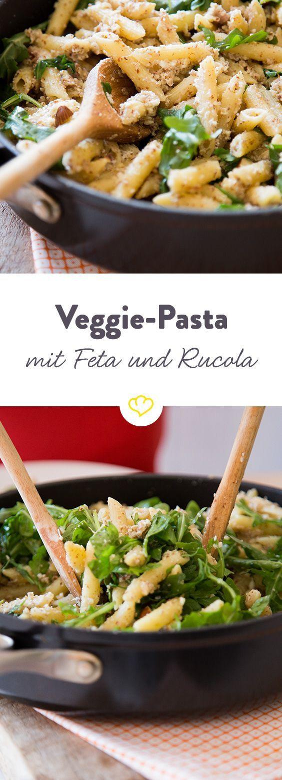 und fleischfrei: Mandel-Pasta mit Feta und Rucola Ein richtiges easy-peasy Feierabend-Rezept. Du musst lediglich 2 Schalotten schnippeln, Nudeln kochen und alle weiteren Zutaten unterrühren.