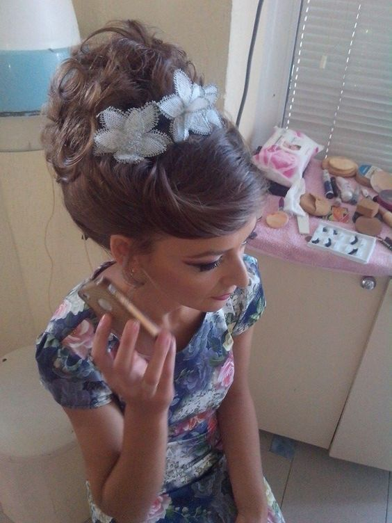 chignon bouclee facon choucroute | Up hairstyles, Hair styles, Long hair styles