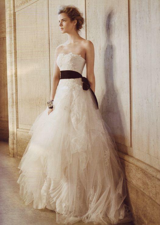 今大流行中のウェディング小物♡サテン素材のサッシュベルトでドレスを
