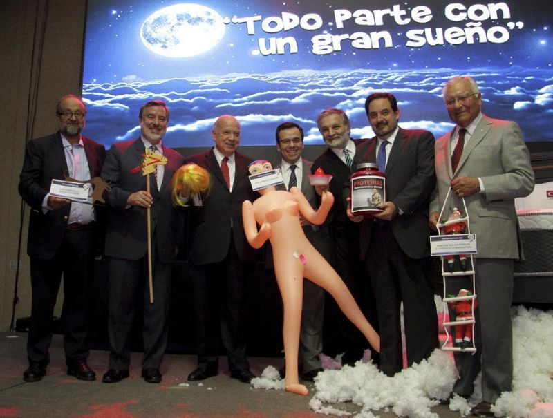 Un ministro chileno desata el escándalo tras recibir una muñeca inflable 'para estimular la economía'