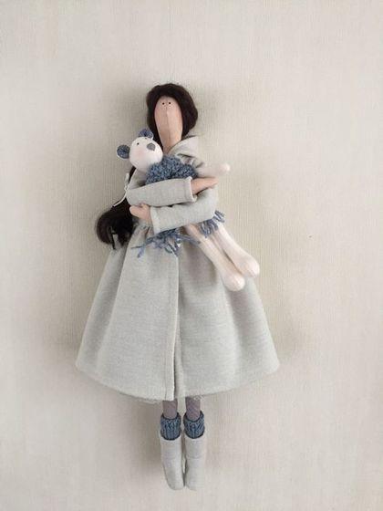 Купить или заказать Текстильная кукла в стиле Тильда в интернет-магазине на Ярмарке Мастеров. Текстильная куколка в стиле Тильда Стоит на подставке, сидит с опорой, можно повесить на крючок - сзади на шее есть петелька. Рост 45 см. Одета в платье и пальто, на ножках чулки, гетры и угги. Вся одёжка снимается. В руках игрушечный медвежонок из фетра. Волосики из мохера, можно аккуратно расчёсывать.
