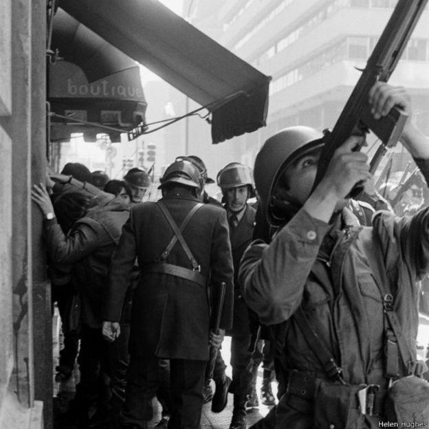 Santiago 2/3 soldados militares armados em todas as esquinas e toque de recolher as 10 da noite / regime pinochet - entre 21 Julho 1981 (dia da confeccao do RG) e 31 Julho 1981 / autorizacao menor malote de correio botas e emprestimo zio armand