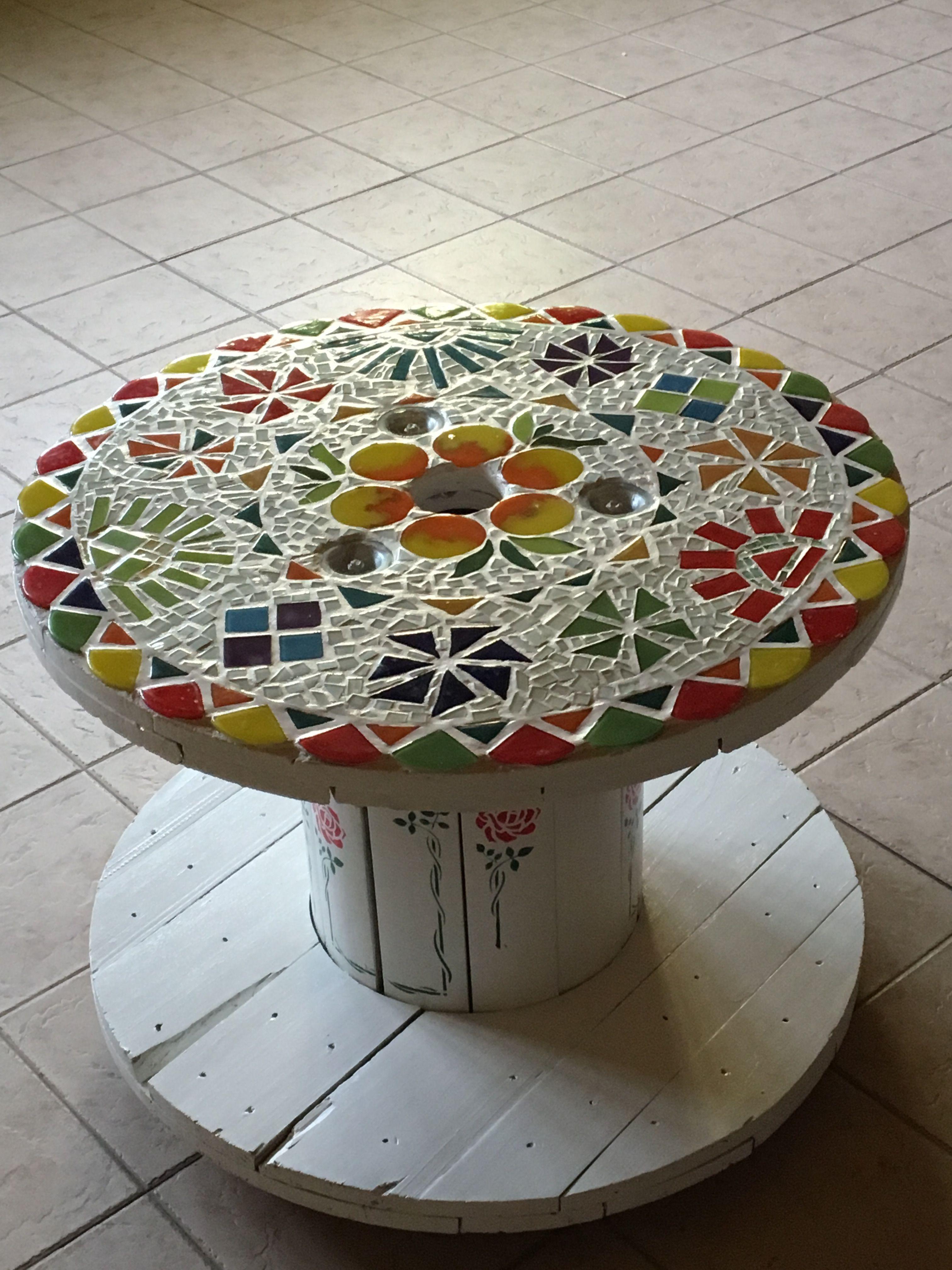 Rollo De Cable Transformado En Mesa Para El Patio Con Técnica Vitro Mosaiquismo Y Stensil En El Tronco De La Mesa Mosaic Crafts Mosaic Tile Art Mosaic Table