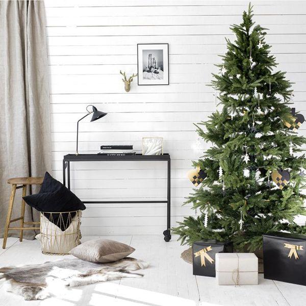 25 Simple And Minimalist Christmas Tree Decorations Home Design And Inter Scandinavian Christmas Trees Christmas Decorations Living Room Minimalist Christmas