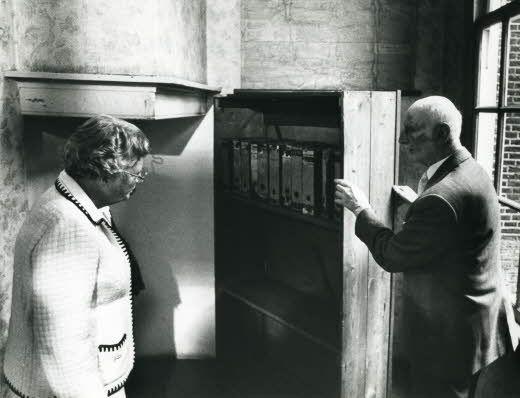 otto frank met koningin juliana bij draaibare boekenkast 1979