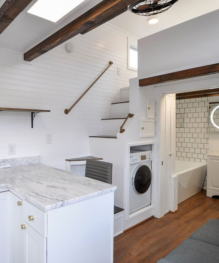 Loft tiefer, darunter Waschmaschine in Bad #tinyhousekitchens