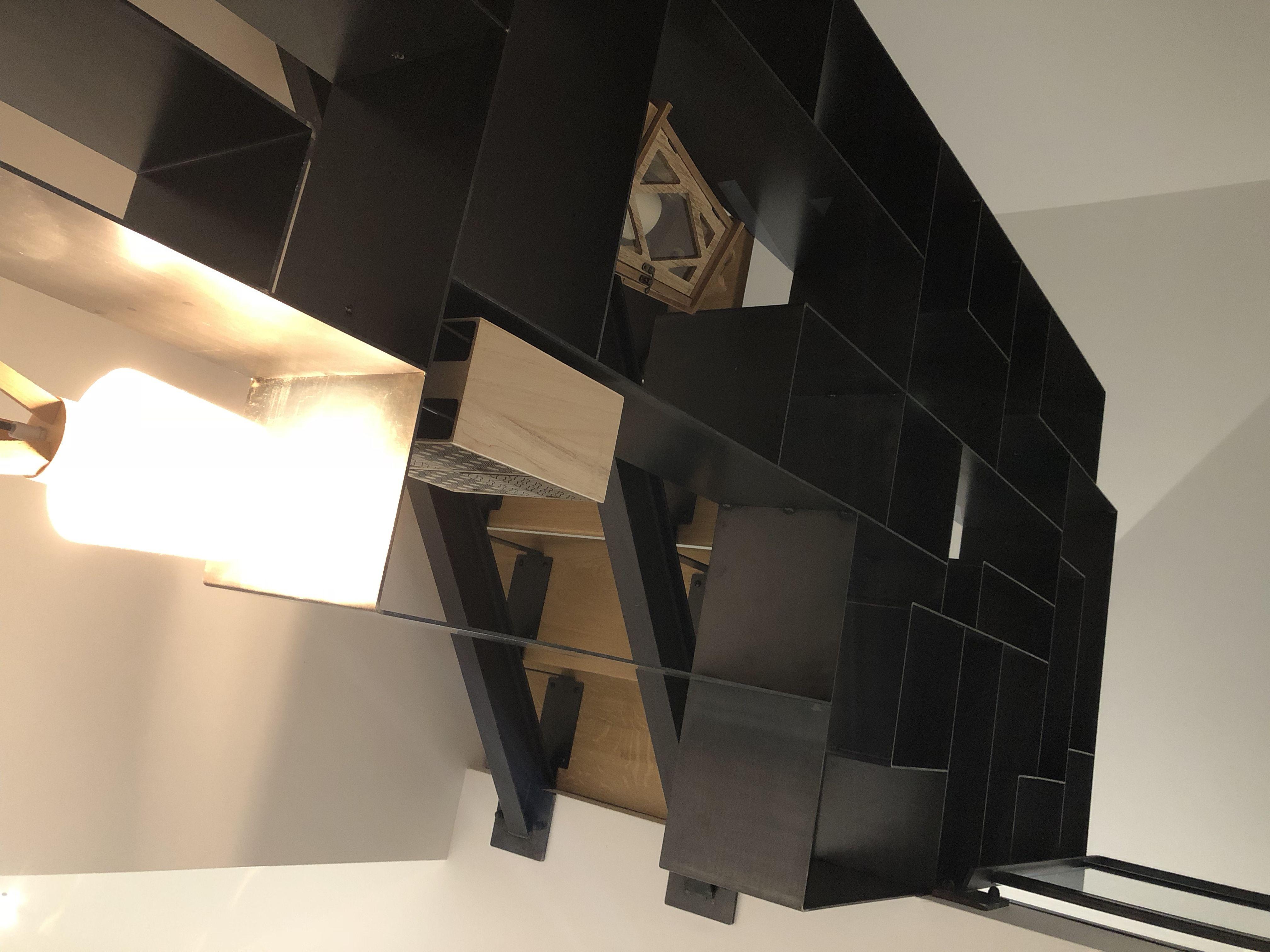 Escalier Acier Brut bibliothèque en position centrale et escalier 2/4 tournant métal