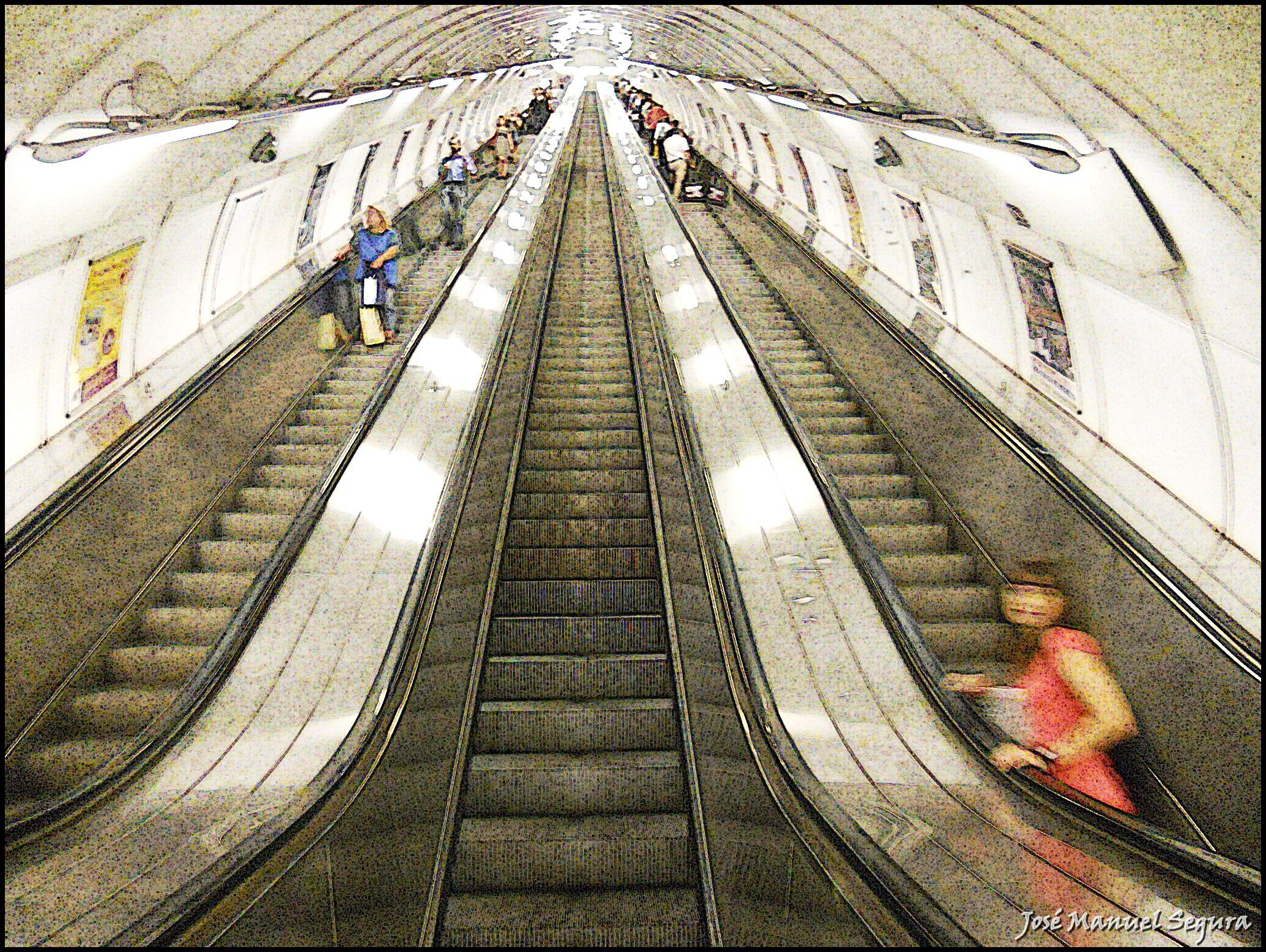 Escaleras mec nicas de la estaci n de metro de namesti for Escaleras largas
