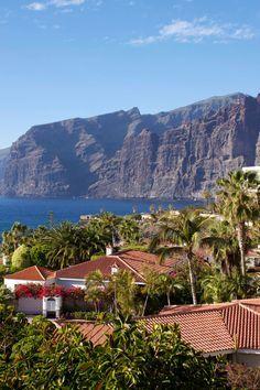 El pueblecito de Santiago del Teide rico de colores y de una florida vegetaciòn