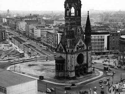 Die Berliner Gedächtniskirche im Oktober 1957 (AP)