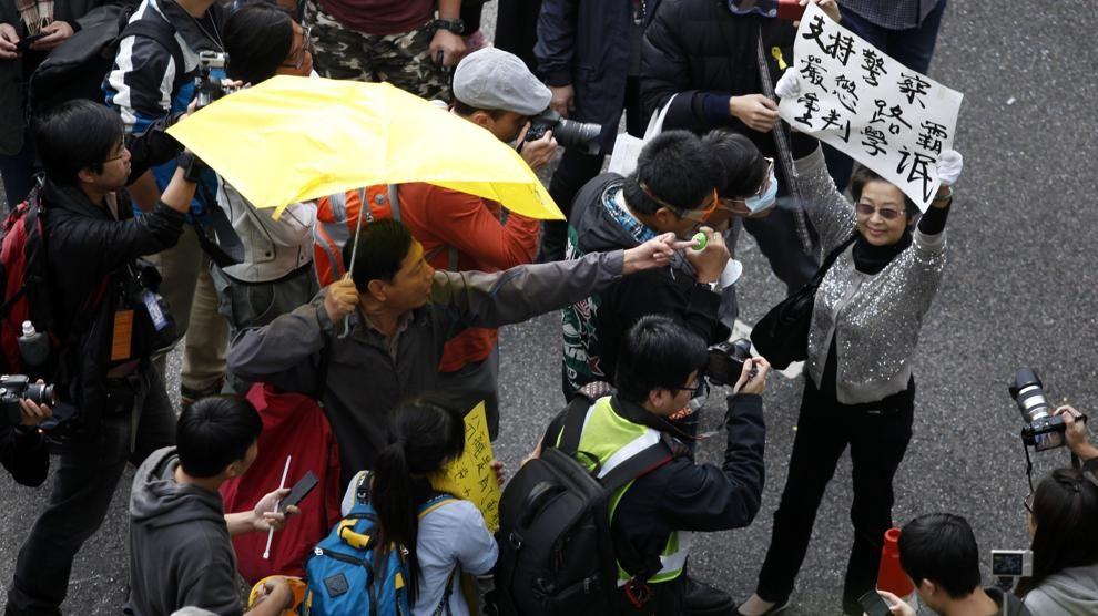 Protesta a Hong Kong, la polizia smantella e arresta