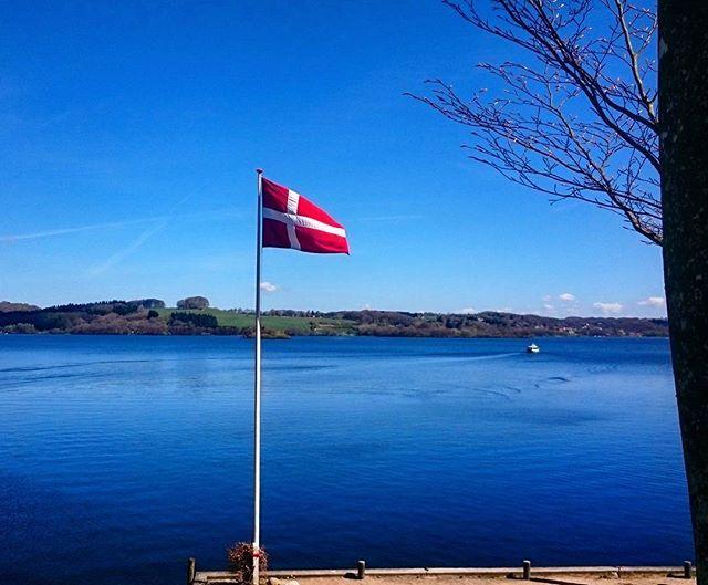 Nu bliver det sommer 🌞🌞🌞😍 #sommer #summer #visitdenmark #ry #silkeborg #himmelbjerget #denmark #flag #sonyxperia #sun #picoftheday #julsø #holiday #trip #lake #blue #sky #nature #visitaarhus #dannyisthemanny #beautiful #nofilter
