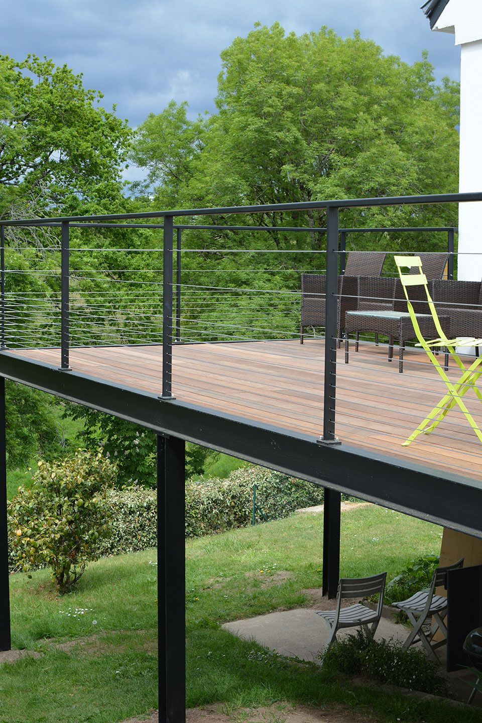 Structure Terrasse Bois Suspendue notable features: (1) steel deck beams and railing allow