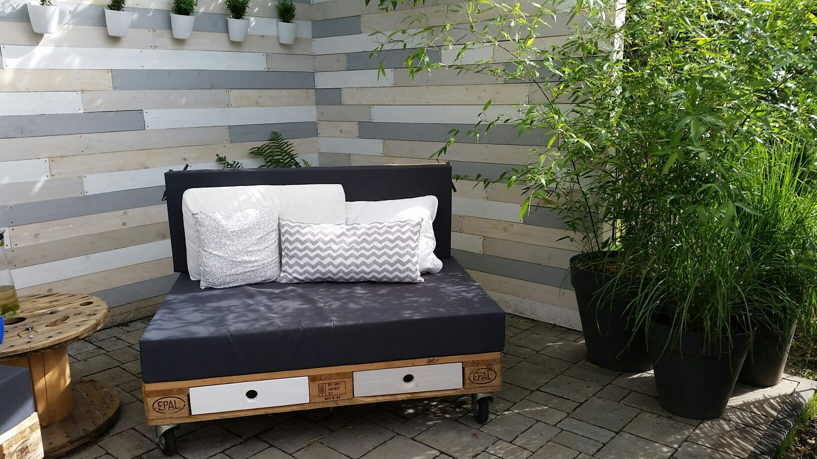 gartensofa palettensofa pallet lounge sichtschutzzaun. Black Bedroom Furniture Sets. Home Design Ideas