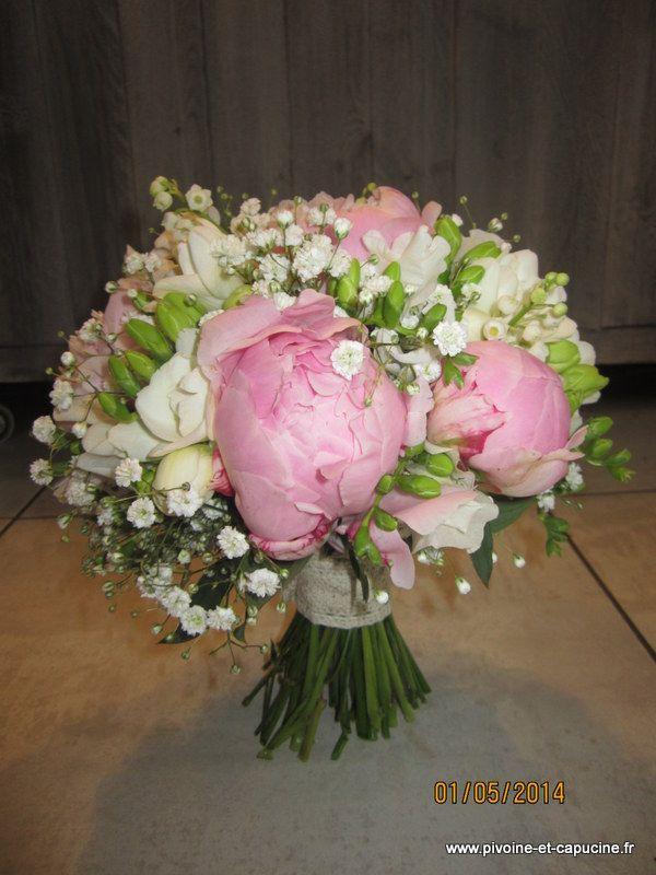 bouquet de mari e rond de pivoines roses frezias blancs. Black Bedroom Furniture Sets. Home Design Ideas