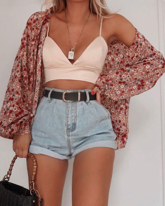 10 outfits sexys con shorts perfectos para el verano | Mujer de 10 Cover up Si buscas algo para cubrirte, te recomiendo que complementes tu outfit con un sexy kimono. Te cubrirá pero te mantendrá fresca ya que la tela es súper ligera. Si prefieres, puedes agregar una camisa.