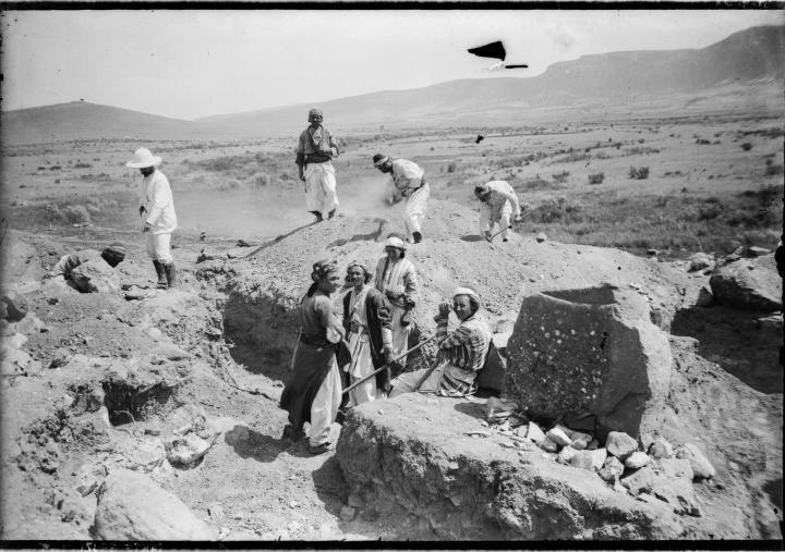 Garstang'in çalışmaları yönettiği kazı açması, Sakçagözü (1908). Garstang Arkeoloji Müzesi, Liverpool Üniversitesi.  SG-212