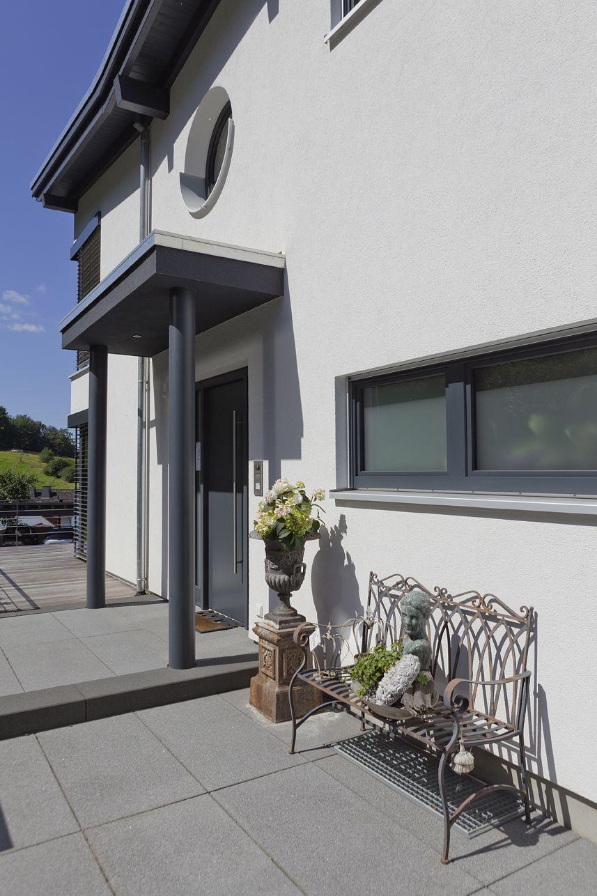 Attractive Architektonisches Haus Trifft Moderne, Großformatige Platten In Dunklem  Grau Im Eingangsbereich. #design #architektur #gartengestaltung   Pinterest  ...