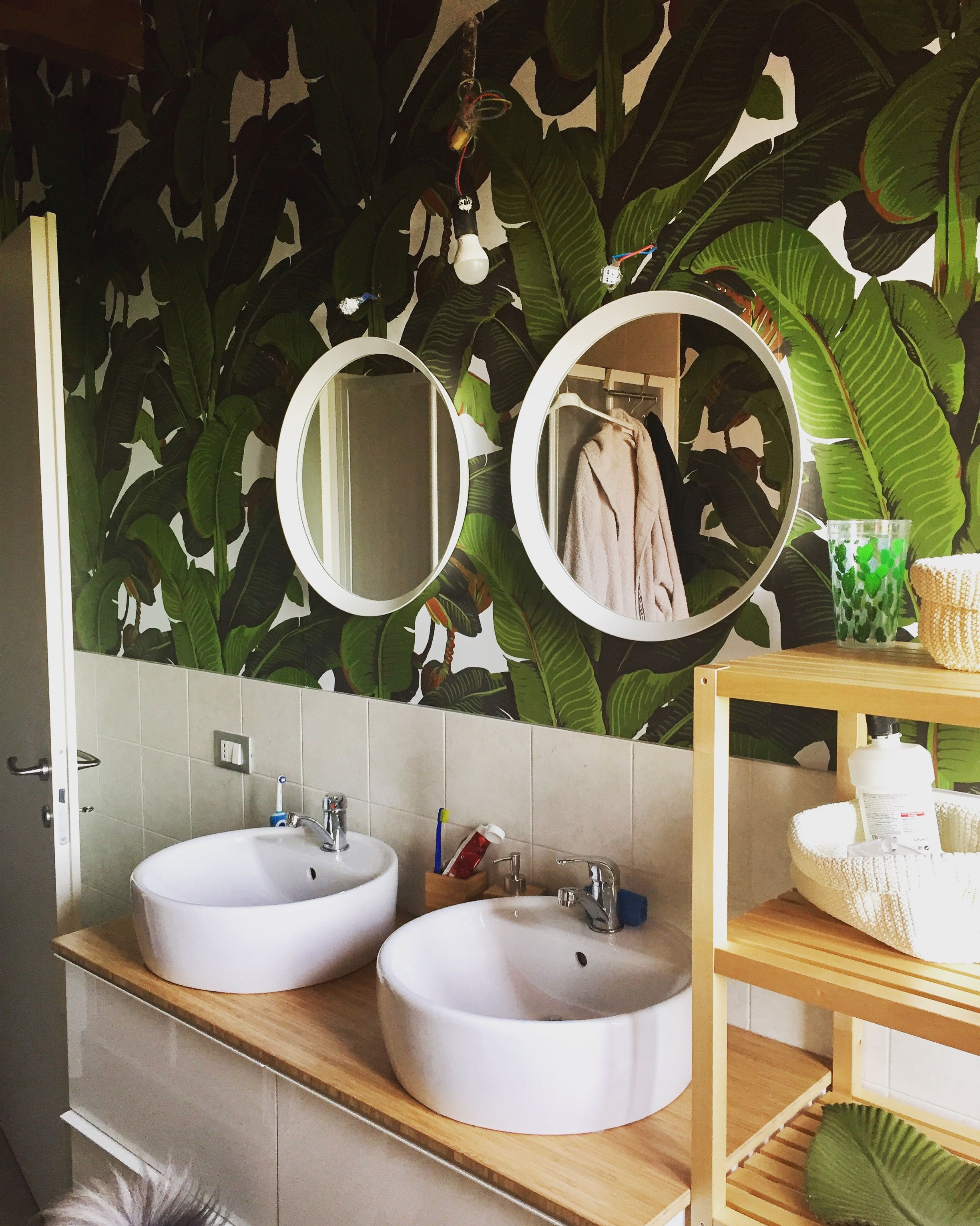 My bathroom is a jungle bagno con mobile ikea e carta da for Carta da parati ikea