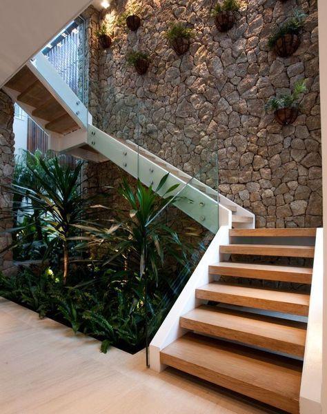 The wall house guedes cruz arquitectos corredores, halls e escadas minimalistas