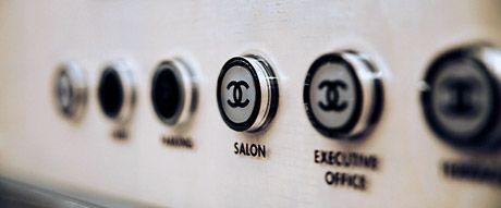 エレベーター中にはシャネルマークの押しボタン