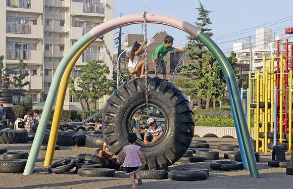 Klettergerüst Reifen : Außergewöhnliche spielplätze: tire park in tokio freshdads väter