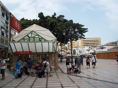 Trein C1 richting Torremolinos -Benalmádena – Fuengirola  Deze trein gaat in westelijke richting langs de bekende badplaatsen van de Costa del Sol. Er zijn ondermeer stations bij Torremolinos (10 min.), Benalmádena (18 min.) en uiteindelijk Fuengirola (34 min.).