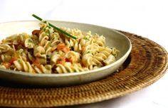 Salada de macarrão com legumes, tomate e molho de mostarda