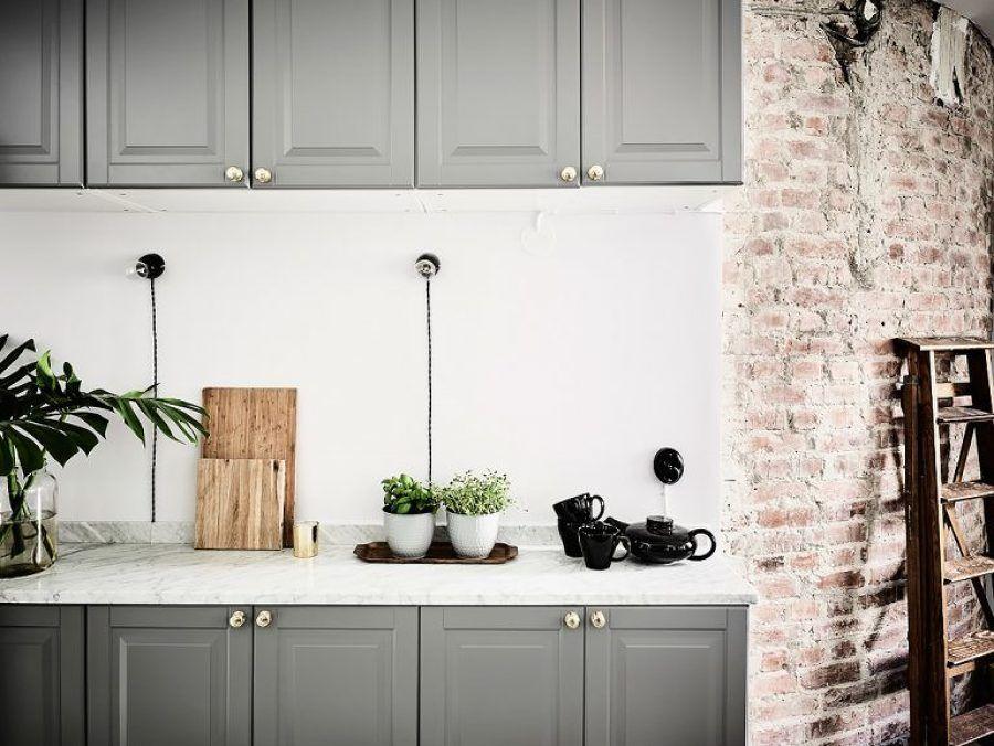 Mobiliario de cocina / salón con sofá gris / blanco, negro y mucho ...