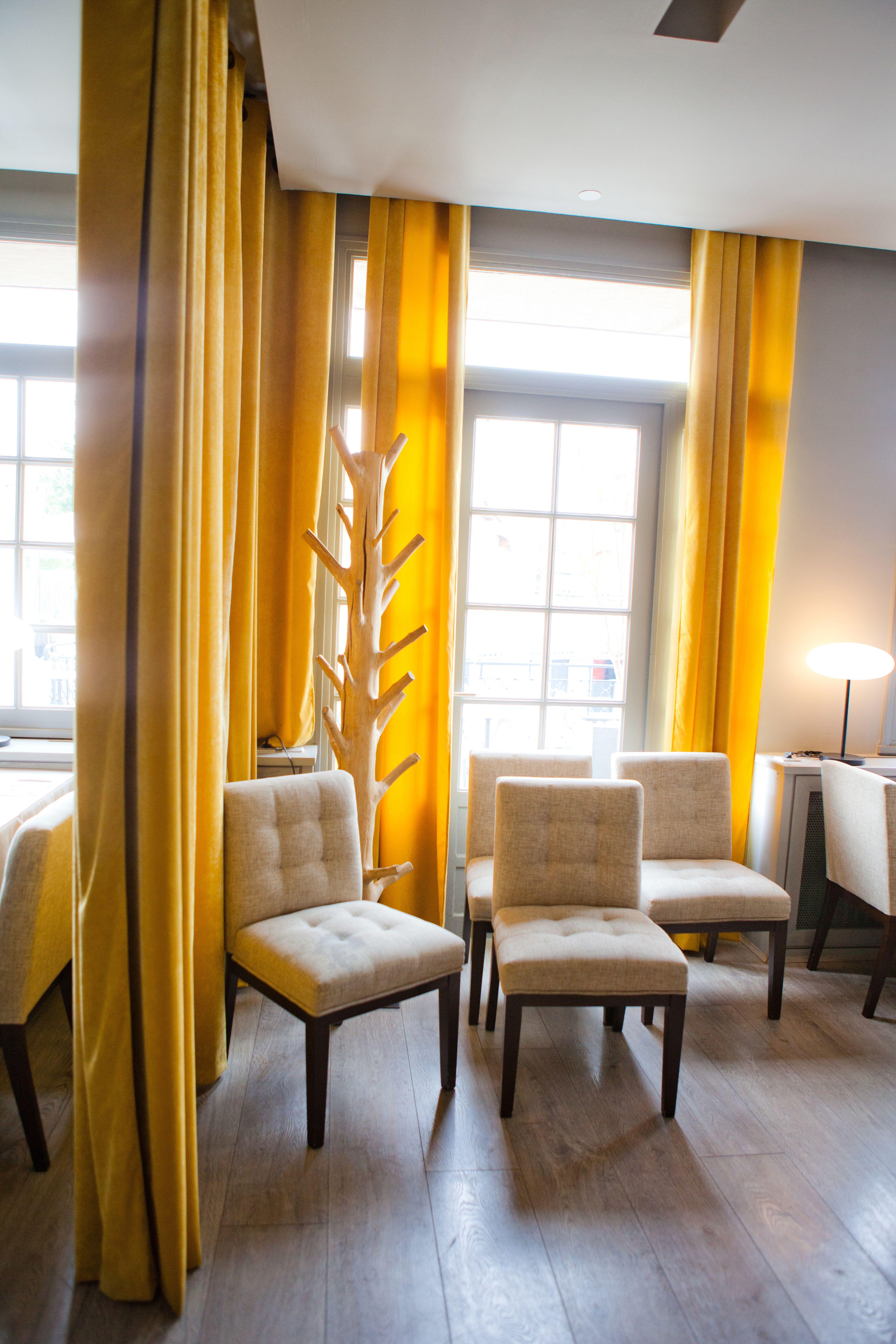 restaurant o capot avec rideaux en velours doubl du m me. Black Bedroom Furniture Sets. Home Design Ideas