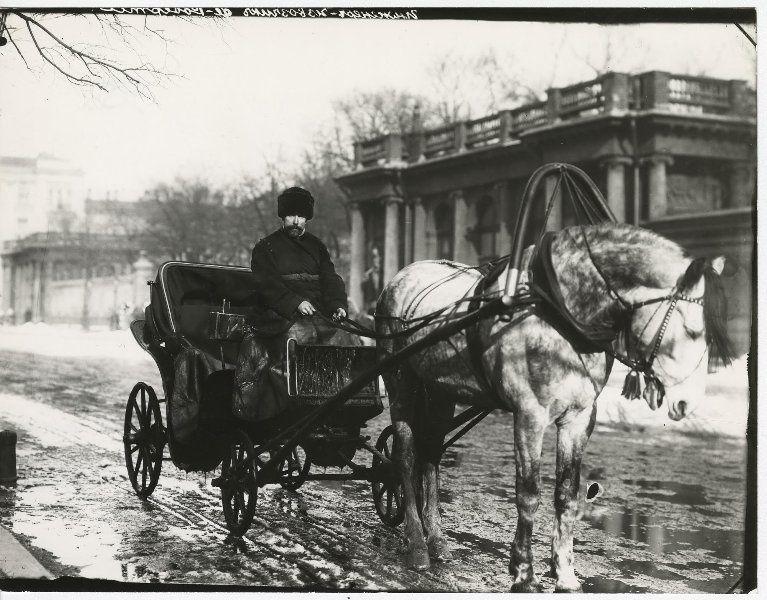 Извозчик у Аничкова дворца, 1909 - 1913, г. Санкт ...  извозчик