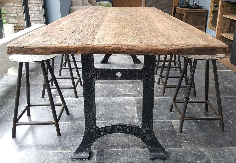 Industrie Design Tisch Gusseisen Beine Sonnenverbrannte Altholz