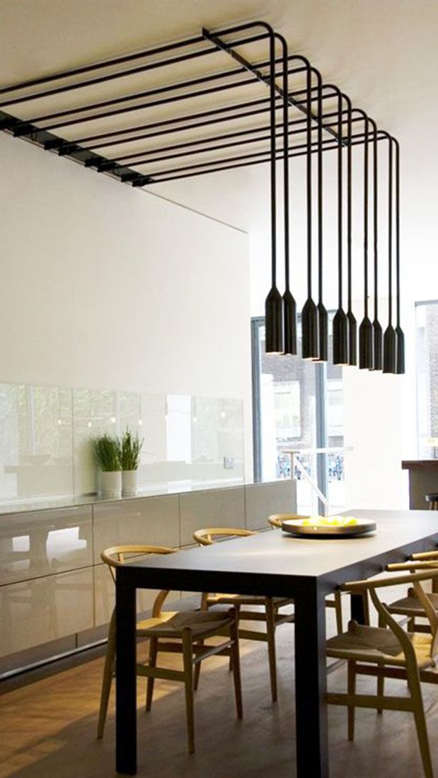 Prachtige design hanglampen boven de eettafel van PSLAB