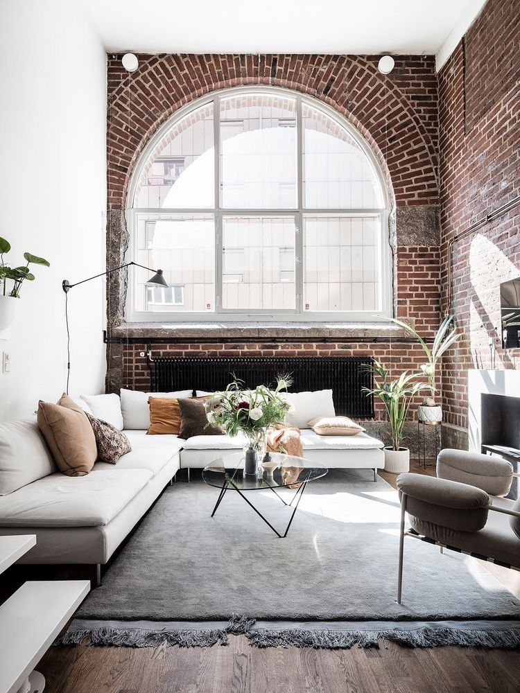 Loft with an exposed brick wall (COCO LAPINE DESIGN)