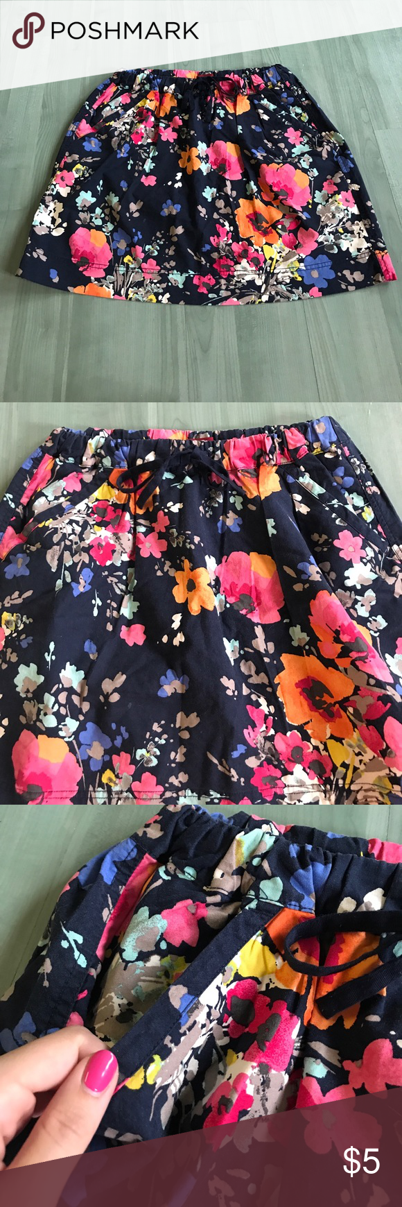 Merona skirt This is a size medium, Merona floral skirts has a dark navy background, with a pretty multi- colored floral pattern. Has 2 pockets, and a tight waist for tighter or looser wear. Re posh, never worn by myself. Smoke free home. Merona Skirts Midi