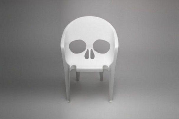 Witte plastic design stoel in de vorm van een schedel chair
