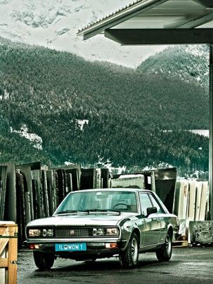 In Süditalien, sogar noch unterhalb von Palermo, stand ein Fiat 130 Coupé in einer Garage. Dort konnte es nicht bleiben – ein feingeistiger Fan holte es nach Tirol. [. . . ] Ist das Glück einem hold, kommt man als Tiroler zur Welt und aalt sich zeit seines auserwählten