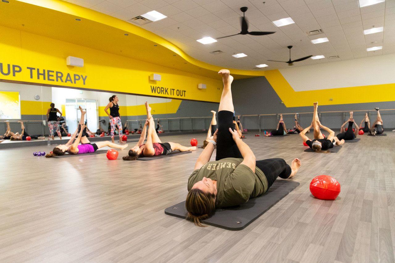 Mat Pilates Vs Reformer Pilates Chuze Fitness In 2020 Pilates Reformer Mat Pilates Pilates
