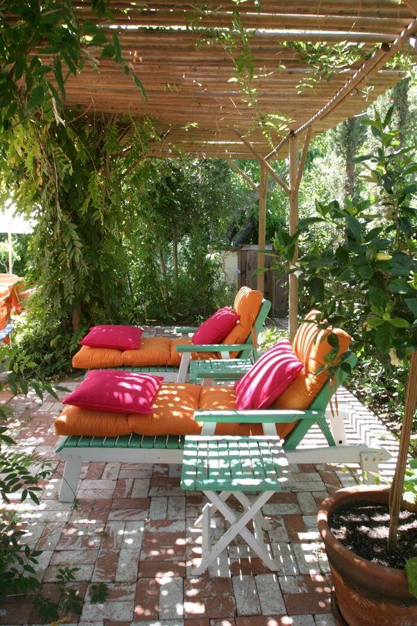 Un Jardin Très Coloré Le Jour Et Bien éclairé La Nuit. Painted Patio  FurnitureGarden ...
