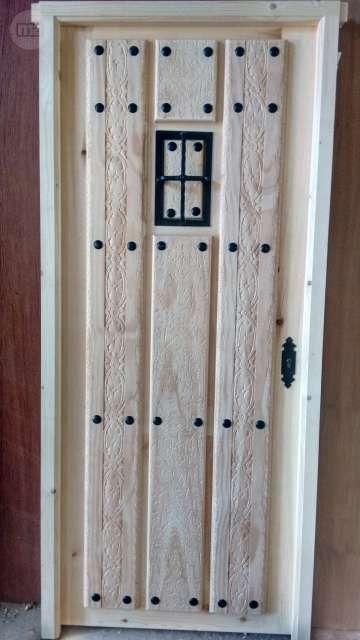 Puertas r stica de calle en madera maciza modelo reja y for Modelos de puertas de calle