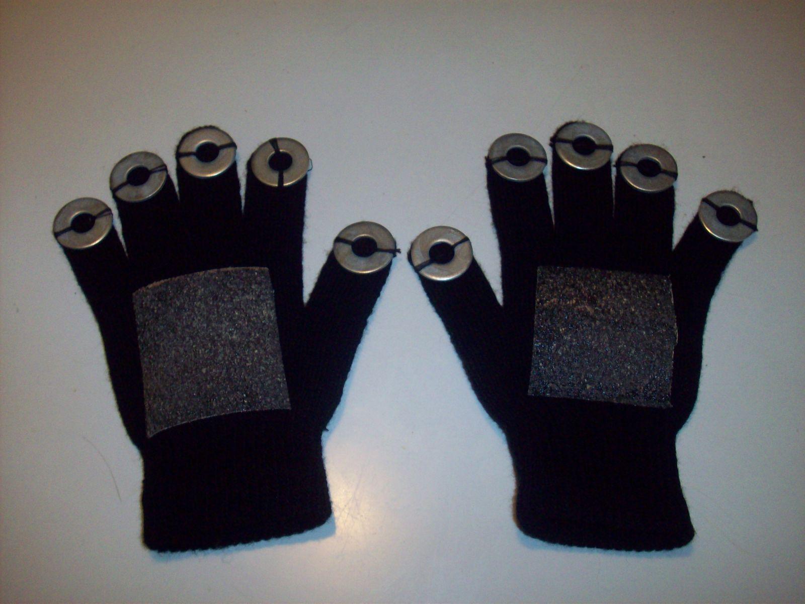 GUANTES PARA HACER SONIDO   Cotidiafonos musicales  Materiales:  - un par de guantes  - 10 arandelas chiquitas, masomenos del tamaño de las llemas de los dedos  - dos pedacitos de lija  - hilo y aguja  - pegamento no tóxico   Cómo hacerlos?  Cosé las arandelas a cada dedo.  Pegá los pedacitos de lija en donde sería la palma de la mano. (Cuidado que el pegamento no te traspase al otro lado del guante, te recomiendo poner un papel dentro para que no pase!)