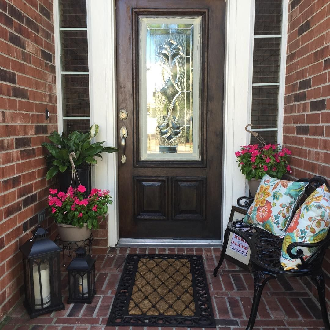 Spring outdoor decorating small front porch small for Decorating outdoor entryways