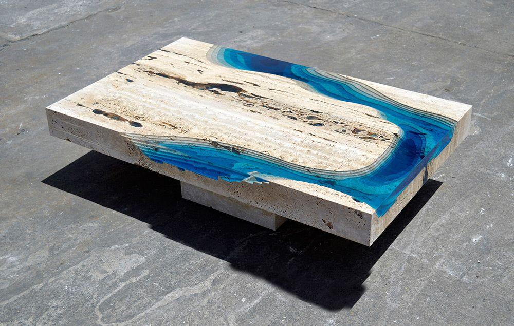 esta mesa espetacular É feita de mármore travertino e resina