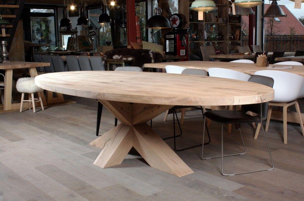 Zwaartafelen i ovale tafel met houten onderstel. staat mooi in
