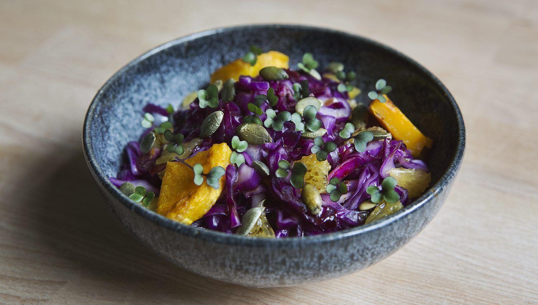 Zuhause Microgreens anbauen: Rotkohlsalat mit Keimlingen, Kürbis und Orange