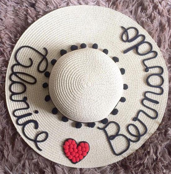 Veja uma seleção de ideias de customização de chapéu de palha. A moda é  usar o chapéu de praia com seu nome personalizado nele. 5c4aebcec97